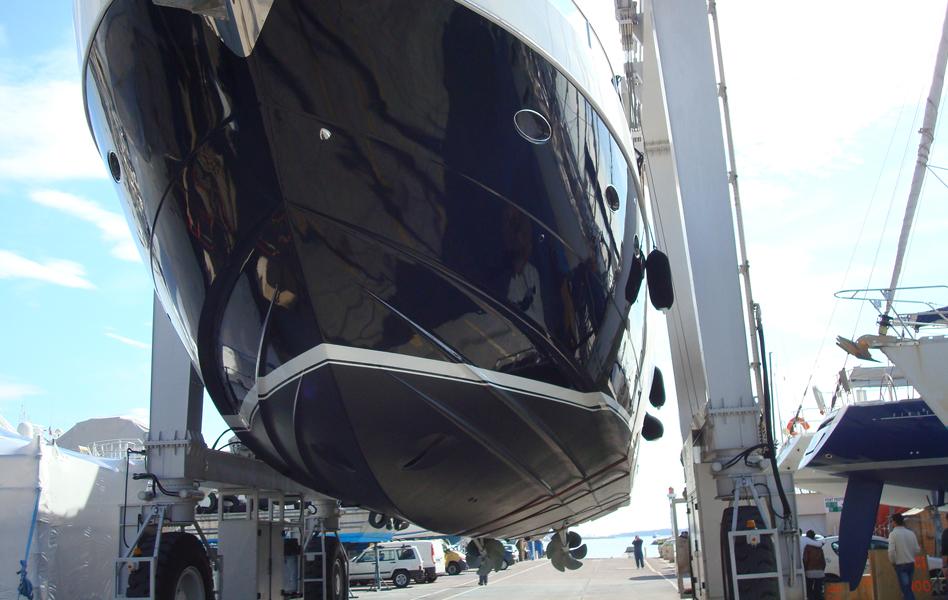 Peinture d'une coque opaque AWLGRIP Super Jet Black, Peinture de la ligne de flottaison opaque AWLCRAFT 2000 Stark White  et application antifouling AWLGRIP AWLSTAR Charcoal Black PRINCESS V85 Intervention sur l'aire de carénage du vieux Port de Cannes