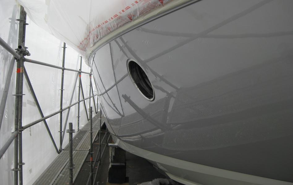 Peinture d'une coque couleur métallisée AWLCRAFT 2000 Crystal Silver, vernis AWLCRAFT 2000 Clear, revernis AWLGRIP High Gloss Clear AZIMUT 68S. Travaux réalisés au hangar de stockage de bateaux à Mandelieu.