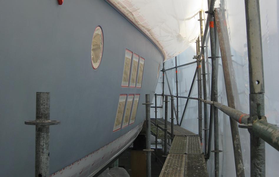Sous-couche après ponçage d'une coque AWLGRIP 545 Gray, intervention dans un hangar d'hivernage à Mandelieu.